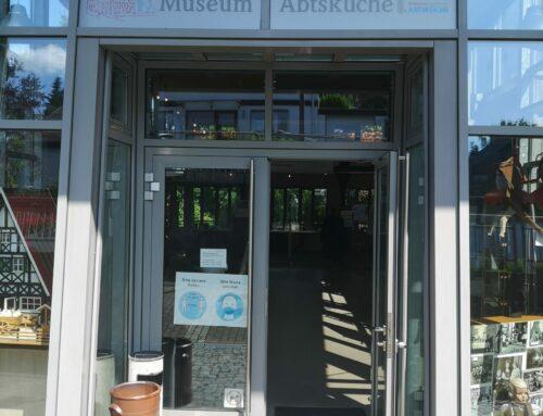 Ein Namensschild über dem Eingang des Museums